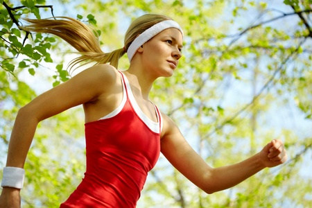 girl in sportswear: Portrait of a young woman jogging