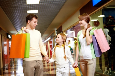 happy rich woman: Immagine della famiglia portando borse e interagire nel centro commerciale