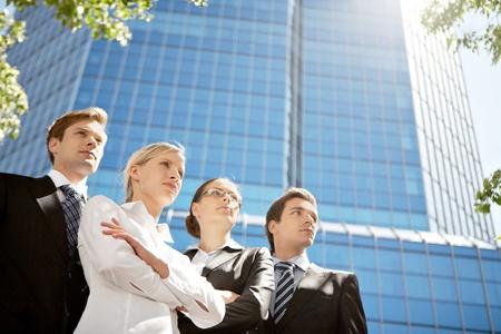Portrait de commandes de groupe affaires amical en ligne