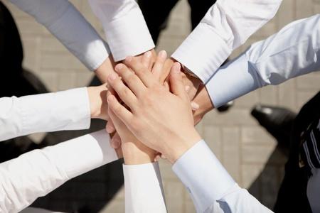 compa�erismo: Por encima de la vista de manos de asociados de negocios de unos a otros que simboliza la unidad y compa�erismo Foto de archivo