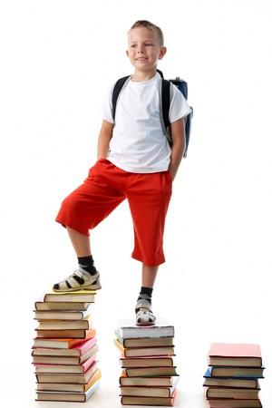 diligente: Preescolar diligente permanente en lo alto de las escaleras del libro Foto de archivo