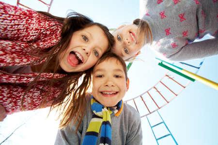 humeur: Ci-dessous la vue des enfants heureux � la recherche et souriant � la cam�ra
