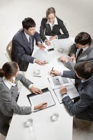discutere: Squadra di cinque uomini d'affari discutendo di una questione importante al briefing Archivio Fotografico