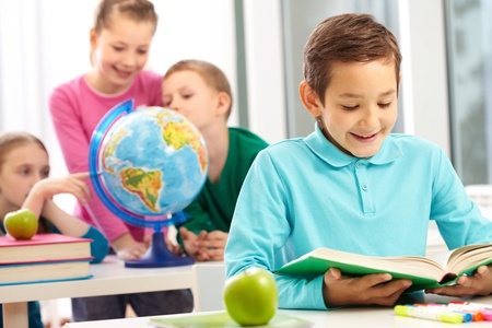 educacion: Libro de lectura de Linda colegial en clase sobre fondo de compa�eros de clase