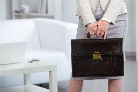 estuche: Primer plano de la Empresaria con maletín
