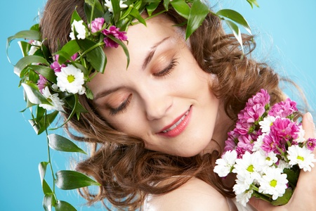 beiseite: Beautiful Woman in floral Kranz suchen beiseite