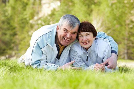 pareja madura feliz: Retrato de la feliz pareja madura en pasto verde
