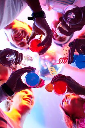 clinking: Por debajo de vista de las personas tintineo de vasos con los dem�s
