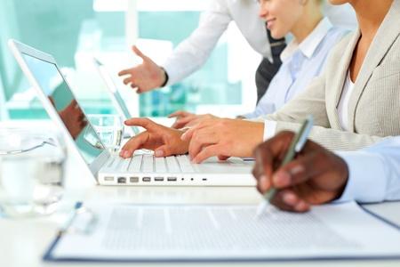 revisando documentos: Manos humanas durante el papeleo y escribiendo en la Oficina