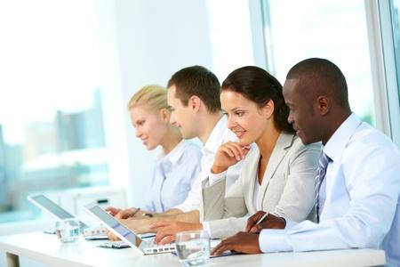 la gente de trabajo: Grupo de trabajo de planificaci�n de negocios de personas en la oficina Foto de archivo