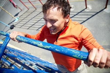 pull up: Immagine di giovane uomo facendo esercizio fisico sul campo sportivo
