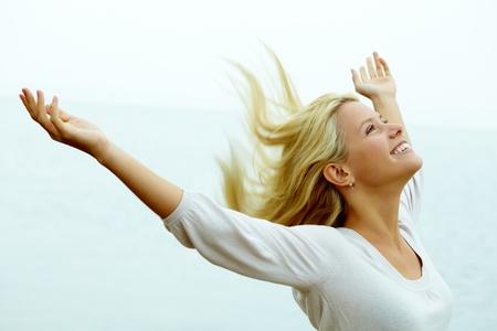 feeling positive: Retrato de joven feliz con los brazos estirados, disfrutando de la vida