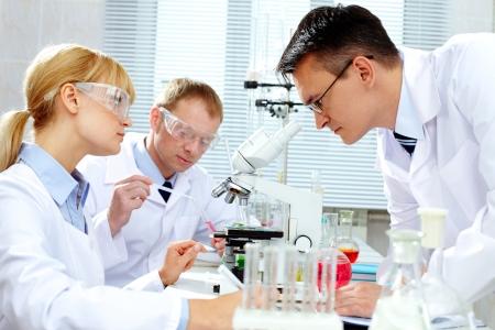 scienziati: Gruppo di medici sperimentare nuova sostanza in laboratorio Archivio Fotografico