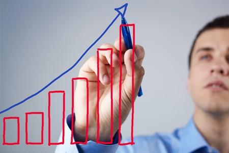 財源: ビジネスマンの成功スキームを図面のクローズ アップ