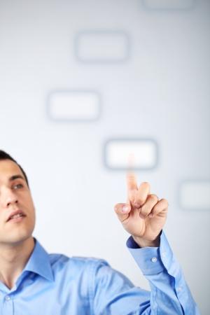 mano touch: Close-up di giovane uomo d'affari premendo il tasto virtuale