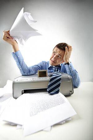 impresora: Retrato de empresario molesto con documentos impresos