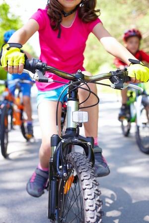 ni�os en bicicleta: Primer plano de la bicicleta infantil montado por una chica Foto de archivo