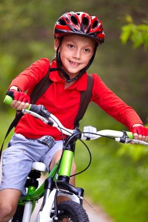 casco rojo: Retrato de muchacho de andar en bicicleta
