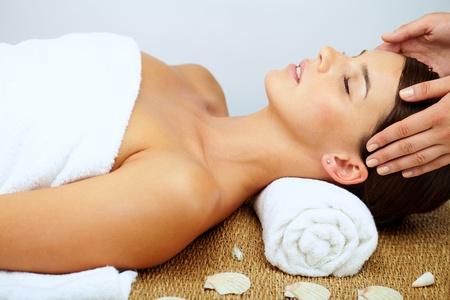 masajes faciales: Hermosa mujer relajante