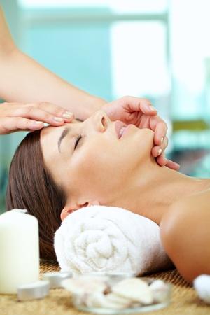 facial massage: Portrait d'une femme profitant du visage