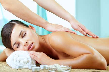 masaje corporal: Una joven disfrutando de masaje espinal  Foto de archivo