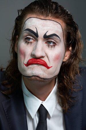 pantomime: Detalle del dramaturgo con maquillaje teatral en sala