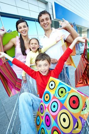 ni�os de compras: Retrato de compradores felices con bolsas de papel en centro comercial