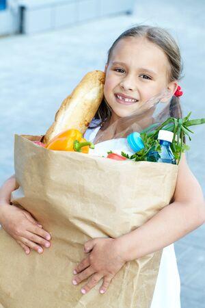 bolsa de pan: Retrato de una ni�a con productos alimenticios