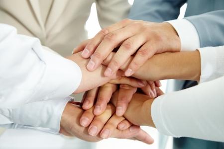 confianza concepto: Imagen de empresarios de las manos por encima de la otra como s�mbolo de su asociaci�n