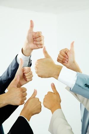 Bild aus mehreren menschlichen Händen zeigt Daumen nach oben isoliert Standard-Bild