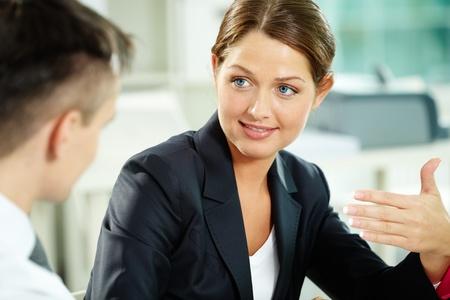 managers: 대화하는 동안 비즈니스 파트너를 찾고 여성 관리자 스톡 사진