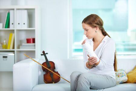 brazo roto: Retrato de una joven violinista con brazo roto