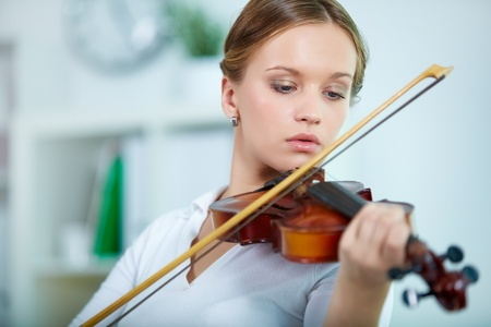 violines: Retrato de una joven mujer tocando el violín