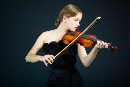 fiddlestick: Retrato de una mujer joven tocando el viol�n Foto de archivo