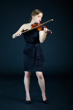 violines: Retrato de mujer elegante tocar el violín