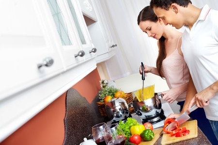 cuisine: Portrait de cuisson des spaghettis amoureuses d'un couple dans la cuisine
