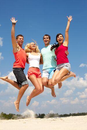 donna entusiasta: Ritratto di quattro persone felici di salto