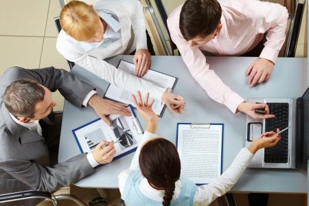 계획: 회의에서 상호 작용하는 4 개의 비즈니스 파트너의 위에 스톡 사진