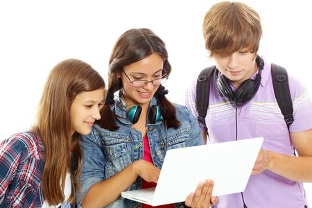 adolescentes estudiando: Tres adolescentes que estudian con equipo