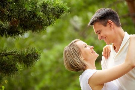 echtgenoot: Portret van jonge romantisch paar kijken naar elkaar