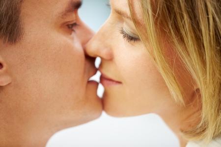 besos apasionados: Close-up de la joven pareja bes�ndose