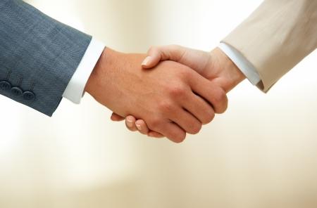 Foto van handdruk van zakelijke partners na het slaan van deal