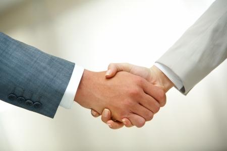 apret�n de manos: Foto de apret�n de manos de asociados de negocios despu�s de firmar contrato Foto de archivo