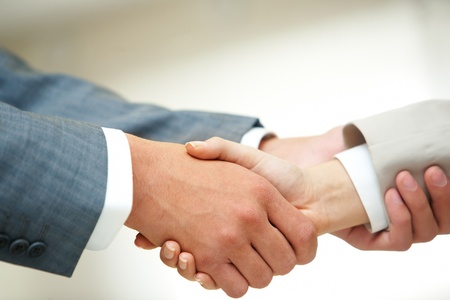 manos unidas: Foto de apretón de manos de asociados de negocios después de las negociaciones