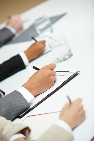 cuadro sinoptico: Primer plano de manos humanas con l�pices escribiendo en Conferencia