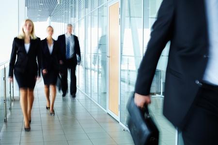 Empresarios caminando por el corredor de oficina Foto de archivo