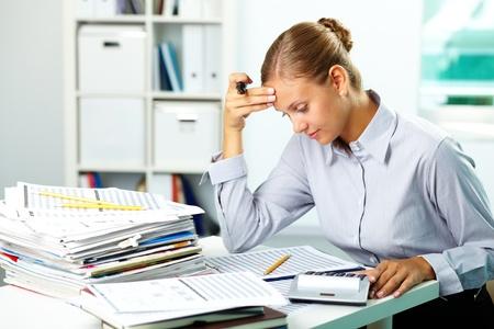 財源: オフィスで論文を扱う若い実業家の肖像画 写真素材