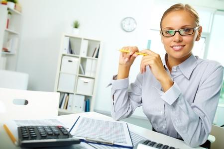 expert comptable: Portrait d'une jeune femme d'affaires � son lieu de travail regardant la cam�ra