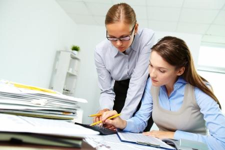 財源: オフィスで論文を扱う 2 人のビジネスウーマンの肖像画