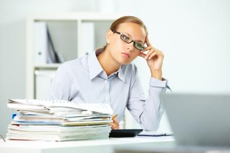 expert comptable: Portrait de la pens�e d'affaires � puce � travailler dans un bureau Banque d'images